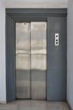 与滚滑门的电梯推力 免版税库存图片