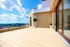与滚滑门的豪华屋顶大阳台 免版税库存图片