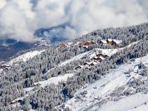 与滑雪瑞士山中的牧人小屋的斯诺伊风景, Meribel,阿尔卑斯 免版税库存图片