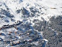 与滑雪瑞士山中的牧人小屋的斯诺伊风景, Meribel 免版税库存照片