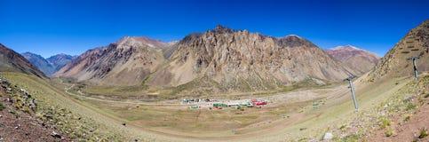 与滑雪电缆车的山风景视图在阿空加瓜公园 银 图库摄影