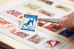 与滑雪者的邮票册页的 图库摄影