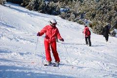 与滑雪者的滑雪倾斜 从保加利亚的美好的冬天山风景 rila mountainr 库存图片