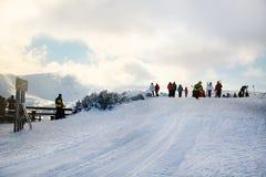与滑雪者的滑雪倾斜 从保加利亚的美好的冬天山风景 rila mountainr 免版税图库摄影