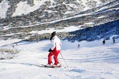 与滑雪者的滑雪倾斜 从保加利亚的美好的冬天山风景 rila mountainr 库存照片
