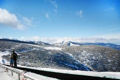 与滑雪者的滑雪电缆车 从保加利亚的美好的冬天山风景 rila mountainr 库存图片