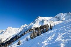 与滑雪滑雪道的雪小山 库存图片