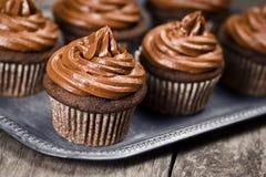 与结霜的巧克力杯形蛋糕 免版税库存图片
