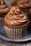 与结霜的巧克力杯形蛋糕 图库摄影
