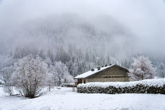 与结霜的树和房子的冬天高山风景 库存图片