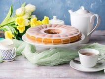 与结霜的Bundt蛋糕 复活节欢乐点心 免版税库存图片