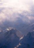 与阴霾的雪山 免版税库存照片
