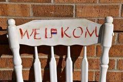 与`韦尔科姆`标志的老椅子 库存照片