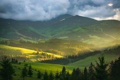 与暴风云的山风景 库存照片