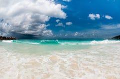 与暴风云的海滩 免版税库存照片