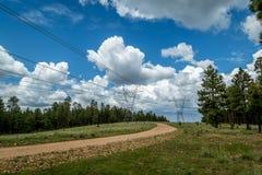 与暴风云的输电线路 免版税库存图片