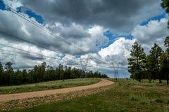 与暴风云的输电线路 库存图片