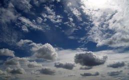 与暴风云的阴暗天空 免版税库存照片