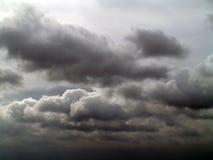 与暴风云的阴暗天空 免版税库存图片