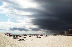 与暴风云的晴朗的海滩 免版税库存照片