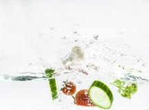 与水飞溅作用的新鲜的未加工的蔬菜 免版税库存照片