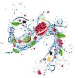 与水飞溅和冰块的新鲜水果 库存图片
