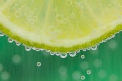 与水飞溅的绿色石灰 免版税库存图片