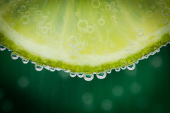 与水飞溅的绿色石灰 免版税库存照片