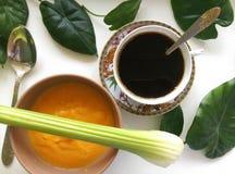 与素食主义者和咖啡杯的静物画 免版税库存照片