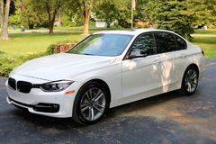 2018与350马力的BMW 350i白色过份给与,豪华欧洲跑车 库存图片
