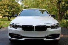 2018与350马力的BMW 350i白色过份给与,豪华欧洲跑车 免版税图库摄影