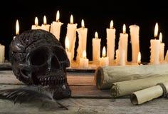 与头骨和纸卷的万圣夜静物画 库存照片