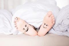 与兴高采烈的面孔的赤脚 免版税库存图片