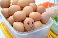 与兴高采烈的面孔的鸡蛋 免版税图库摄影