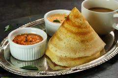 与水鹿和酸辣调味品,南印地安早餐的Dosa 库存照片