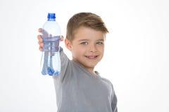与水cointaner的孩子  免版税库存照片