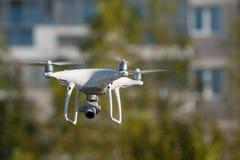 与4K录影和照片照相机的Quadcopter寄生虫空中照片的 免版税库存照片