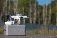 与4K录影和照片照相机的Quadcopter寄生虫空中照片的 免版税库存图片