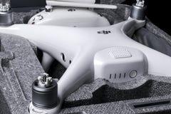 与4K摄象机的新航空器DJI幽灵4赞成quadcopter寄生虫和在箱子的无线遥远的控制器控制杆 远程 库存图片