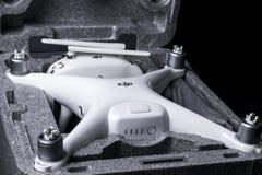 与4K摄象机的新航空器DJI幽灵4赞成quadcopter寄生虫和在箱子的无线遥远的控制器控制杆 远程 免版税库存图片