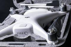 与4K摄象机的新航空器DJI幽灵4赞成quadcopter寄生虫和在箱子的无线遥远的控制器控制杆 远程 图库摄影