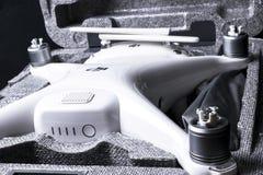 与4K摄象机的新航空器DJI幽灵4赞成quadcopter寄生虫和在箱子的无线遥远的控制器控制杆 远程 免版税库存照片