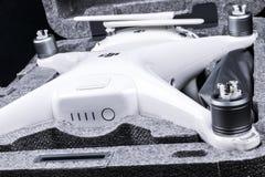 与4K摄象机的新航空器DJI幽灵4赞成quadcopter寄生虫和在箱子的无线遥远的控制器控制杆 远程 免版税图库摄影
