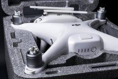 与4K摄象机的新航空器DJI幽灵4赞成quadcopter寄生虫和在箱子的无线遥远的控制器控制杆 远程 库存照片