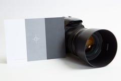 与85 mm照片透镜的现代数字式照片照相机 免版税库存图片