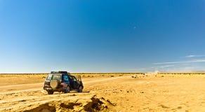 与4x4 SUV的路游览在摩洛哥沙漠 库存照片