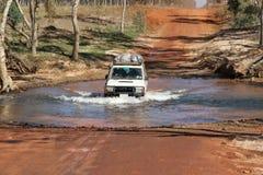 与4WD的河流桥渡 免版税库存照片
