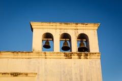 与3响铃的Unigue水平的钟楼在旧金山教会的教会在Granda尼加拉瓜。 库存照片
