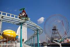 在一个主题乐园的一辆过山车在横滨日本 免版税库存图片