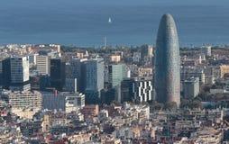 与Agbar塔的巴塞罗那北部海边地平线环绕了在主要期限的skyscrapper 库存图片